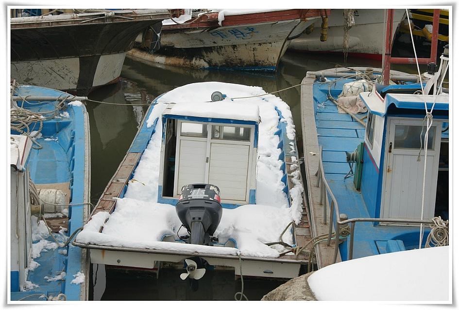 눈이 소복하게 쌓인 작은 배